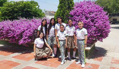 6 NInas Colegio SLB